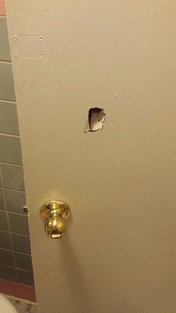 Knights Inn Atlantic City: Hole in bathroom door