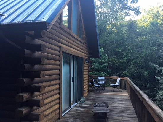 Lake Lure, Karolina Północna: Master, living room, and beroom with twins had walk out doors to patio