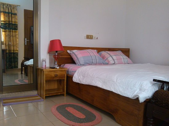 Chambre Lit King-Size - Picture of Mary\'s Guest House, Lome ...