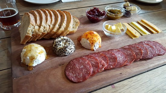 Nieu-Bethesda, Zuid-Afrika: Delightful cheese platter with home beked bread and kudu salami