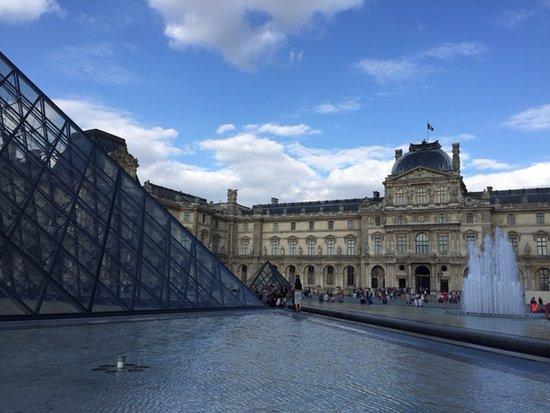 Le Relais du Louvre: One to two blocks to the Louvre's entrances.
