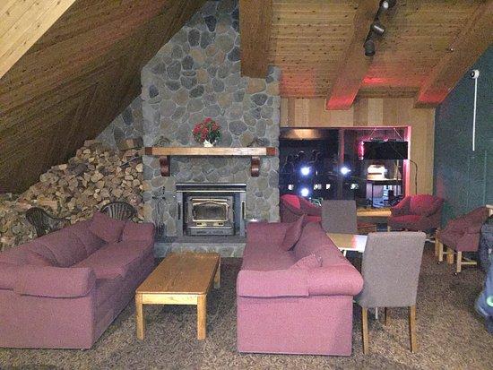 Sierra Lodge: Zona de estar y comedor a la hora del desayuno