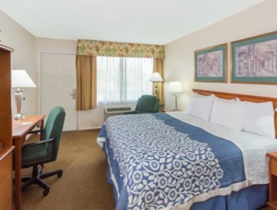 Days Inn Fort Myers Springs Resort : Standard King Bed Room