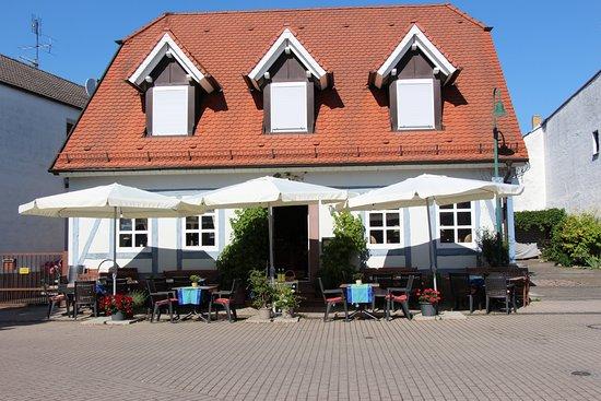 Gerd's Weinstube an der Linde: Außenansicht, Terrasse in Spielstraße