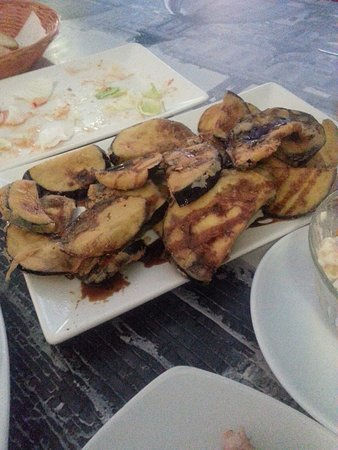 De Knas: Fried eggplants in batter and served with soy sauce and honey, crispy and innovative!