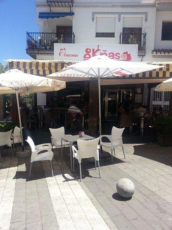 De Knas: Outdoor seating.