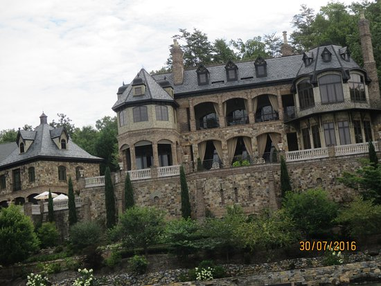 Lake Lure, NC: Private house on the bank