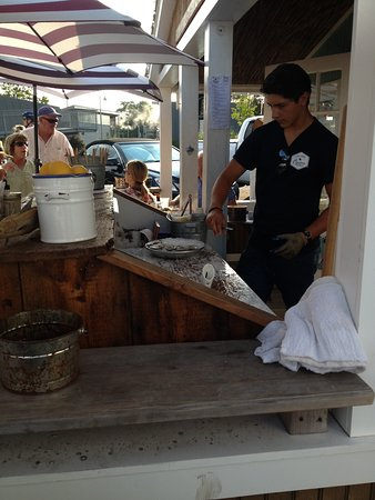 Greenport, Νέα Υόρκη: They will shuck for you if you can't/don't feel like it. :)