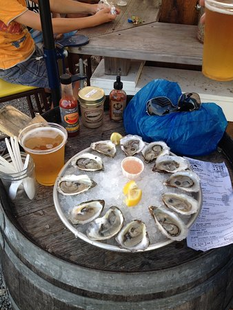 Greenport, estado de Nueva York: Oysters and beer on a barrel...PERFECT!