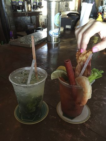 Lake Monroe, FL: Trailer Trash Bloody Mary and Mango Mojito at the bar.