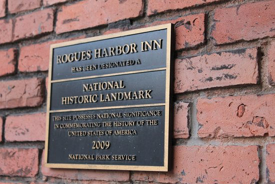 Rogues Harbor Inn and Restaurant: Plaque on building at Rogues Harbor Inn