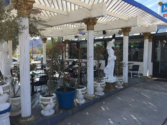 Baker, Калифорния: Outside patio at The Mad Greek