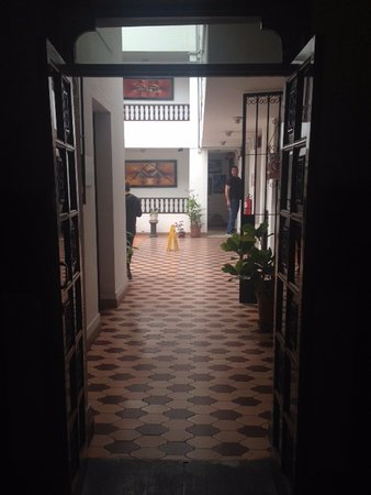 Hotel Miraflores Lodge: Hall way to the court yard