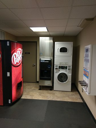 BEST WESTERN Plus Raton Hotel: Ice machine, soda machine and washer/dryer