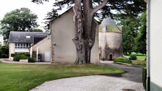 Sully, Francja: Separate buildings on the grounds.