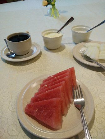 Eagle Bay Hotel: Fruits before kuehteow for breakfast