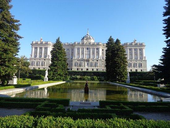 Vista del palacio real y del estanque en los jardines de sabatini fotograf a de jardines de - Jardines palacio real madrid ...