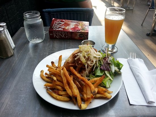 Sutton, Καναδάς: BBQ pulled pork roll with fries and salad