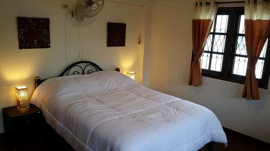 The Chiang Mai White House: apartment's bed