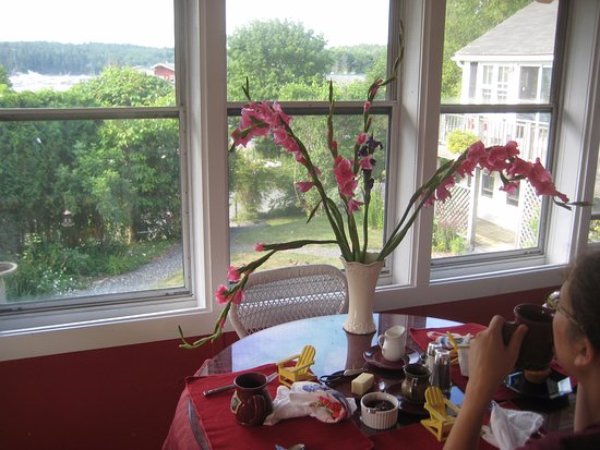 Cranberry Hill Inn: Delicious breakfast in the sunroom