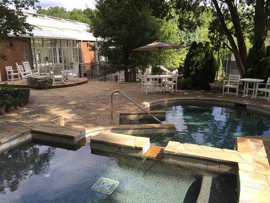 The Martha Washington Inn and Spa: Hot tub