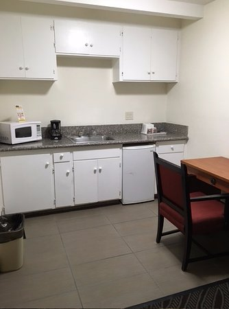 Howard Johnson Inn And Suites San Diego Area/Chula Vista: Kitchen (faucet dripping)