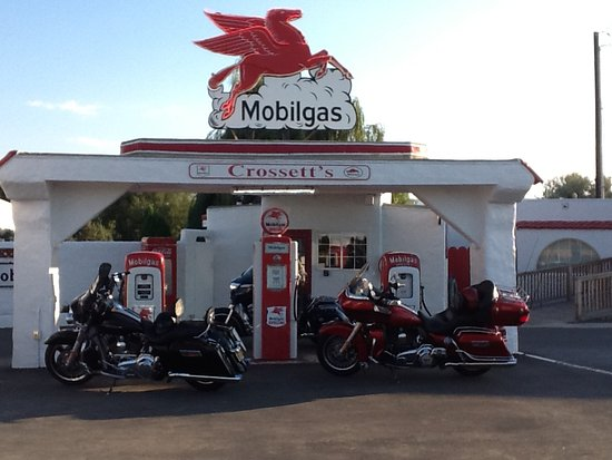 Ellensburg, WA: old school gas station next to diner