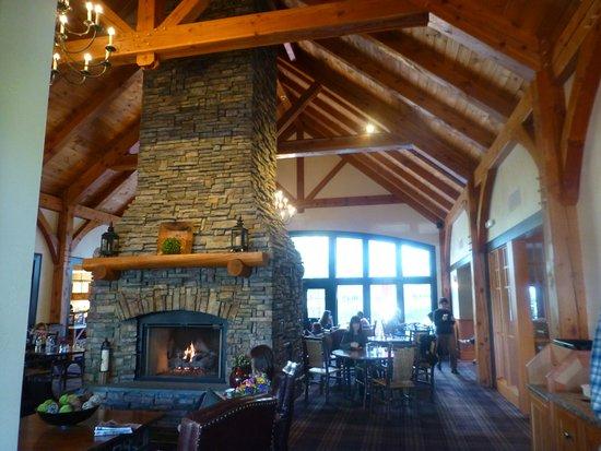 Green Mountain Suites Hotel: 餐廳用原木與石材裝潢
