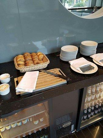 Hilton Warsaw Hotel & Convention Centre: Oferta Executive Loungu i prezent polamane ciastka