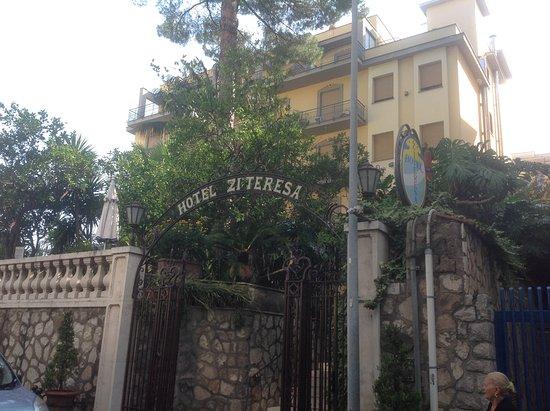 Hotel Zi Teresa: Front Entrance