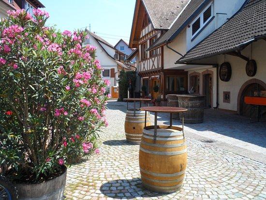 Gottenheim, Tyskland: Blumengeschückter Innenhof Weingut Hunn