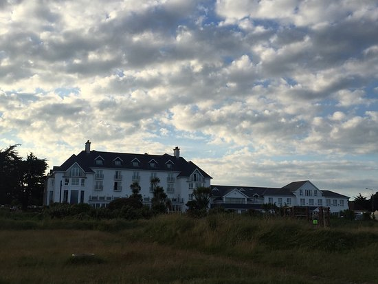 Garryvoe Hotel: View of the hotel from the beach