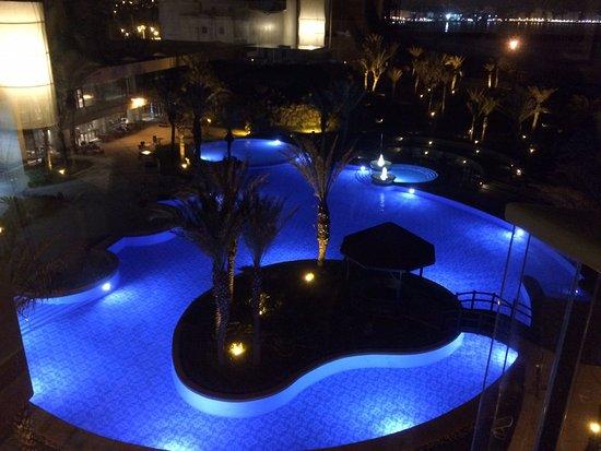 Vue de la piscine de nuit de la fen tre de la chambre for Piscine eclairee la nuit