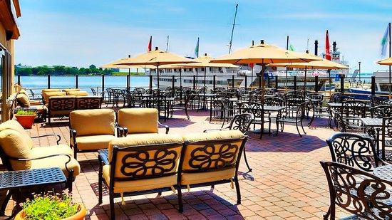 Holiday Inn Kingston - Waterfront : DOX Restaurant and Lounge Seasonal Patio