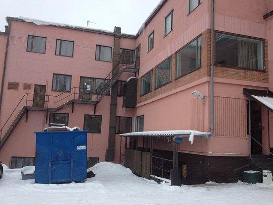 Hotel Hirvi: Hintereingang Hofbereich mit angrenzendem Hotelparkplatz über Jousimiehenkatu