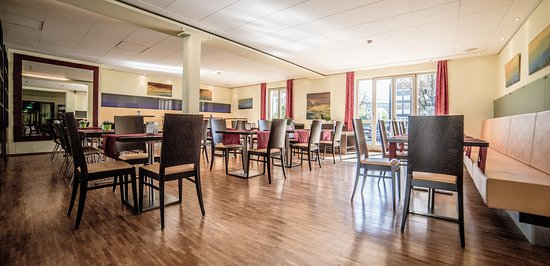 Hotel Central Regensburg CityCentre : Hotelhalle mit Lounge und Frühstücksbereich