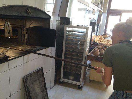 Xewkija, Malta: Super leckere Brote und Gebäcke, traditionell und noch richtiges Handwerk! Unsere Tochter durfte