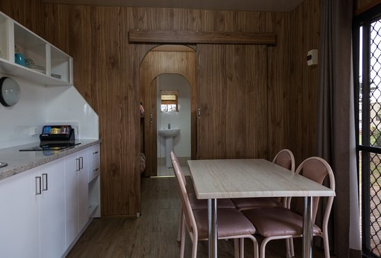 Moonta Bay Caravan Park : Self Contained Cabin Kitchenette and Dining area