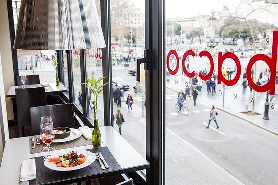 Restaurante Bacco: ventanal platos