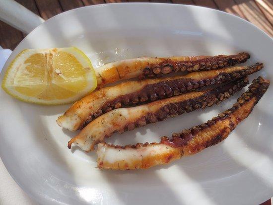 Agios Georgios, กรีซ: Gegrilde octopus