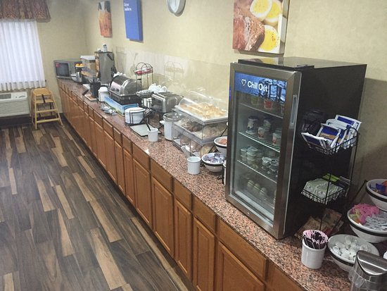 Fort Dodge, IA: This is the breakfast area.  It has mini waffle maker, lots of fruit, and yogurt.  The coffee ma