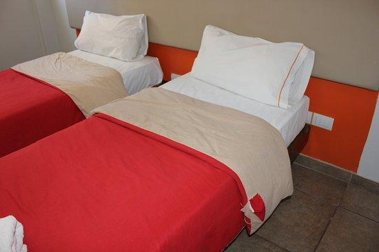 Hostel Suites Florida: рваное постельное белье