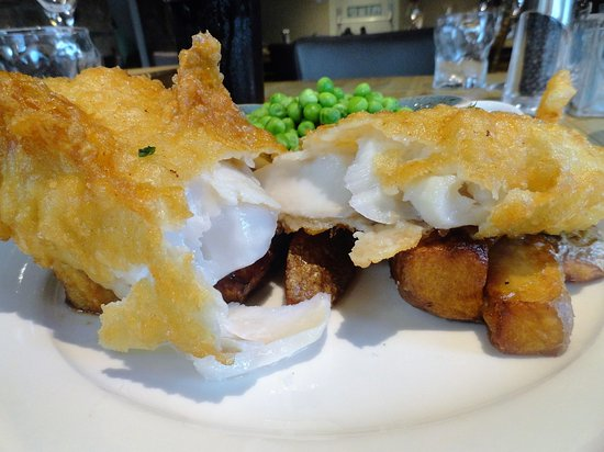 Chatton, UK: Percy Arms: Un clásico delicioso: Fish and Chips (en este caso, bacalao)