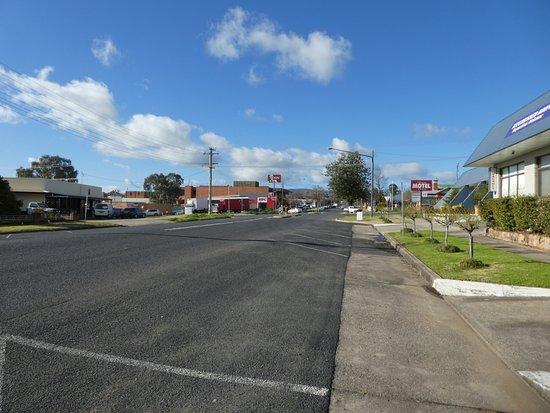 Tumut, Австралия: Street outside motel