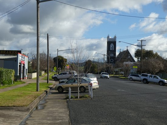 Tumut, Avustralya: Standing out the front of motel looking down the street