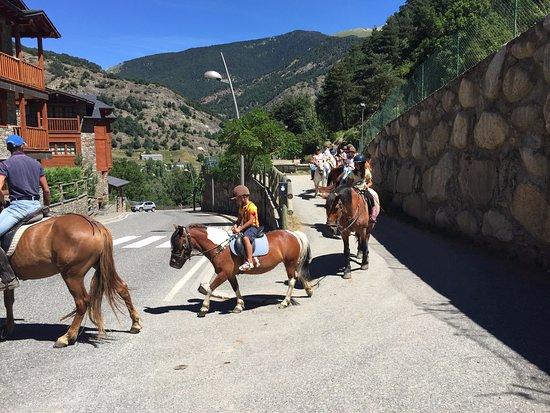 L'aldosa, Andorra: Salida de la cuadra en dirección a la montaña.