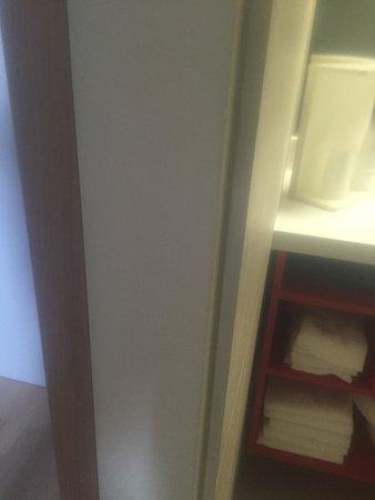 Lutzmannsburg, Autriche : Türzarge zum Schließen der Badezimmertür wurde vergssen zu montieren.