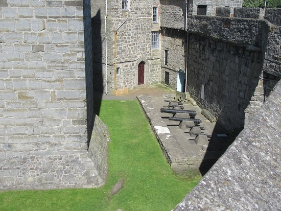 Castletown, UK: Canons to the right.