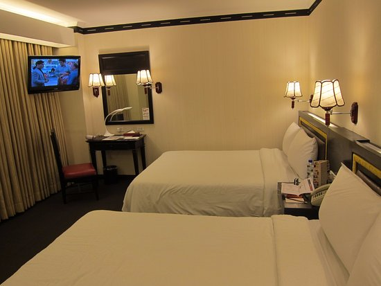 Bayview Park Hotel Manila: spacious room with nice lamp accents