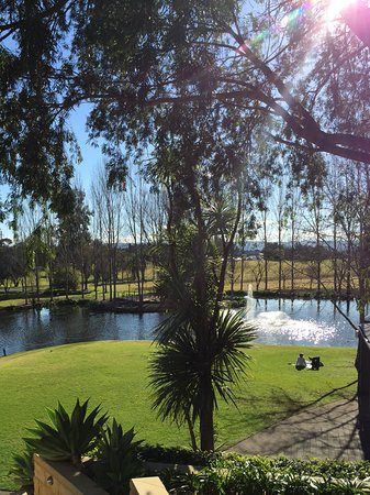 Windsor, Australien: Relaxing to sit by the lake and enjoy the peace